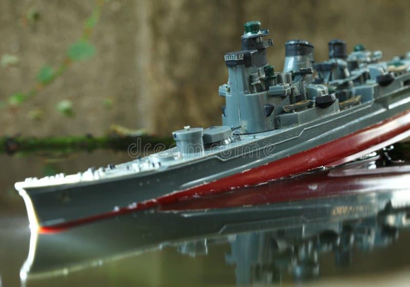 Miniatuur plastic modelschip in de watersc?ne royalty-vrije stock fotografie