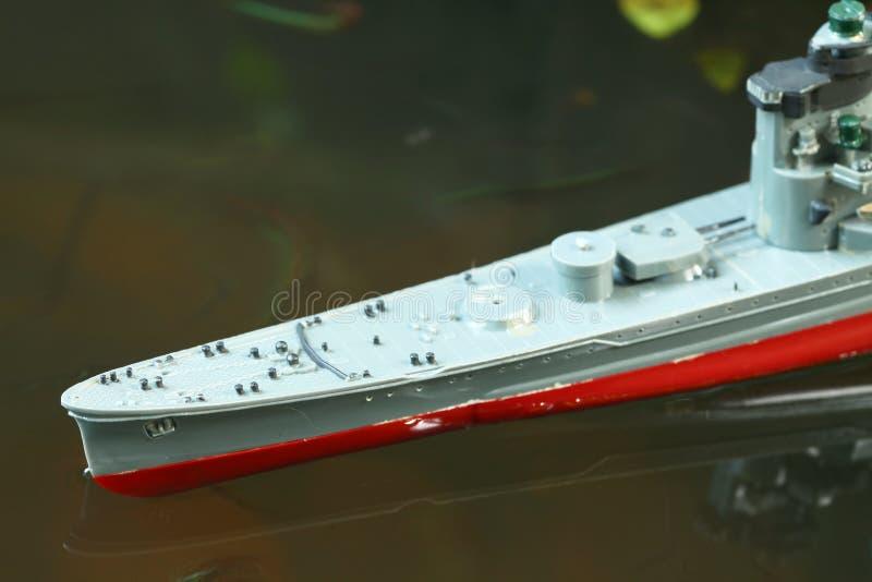 Miniatuur plastic modelschip in de watersc?ne royalty-vrije stock afbeelding