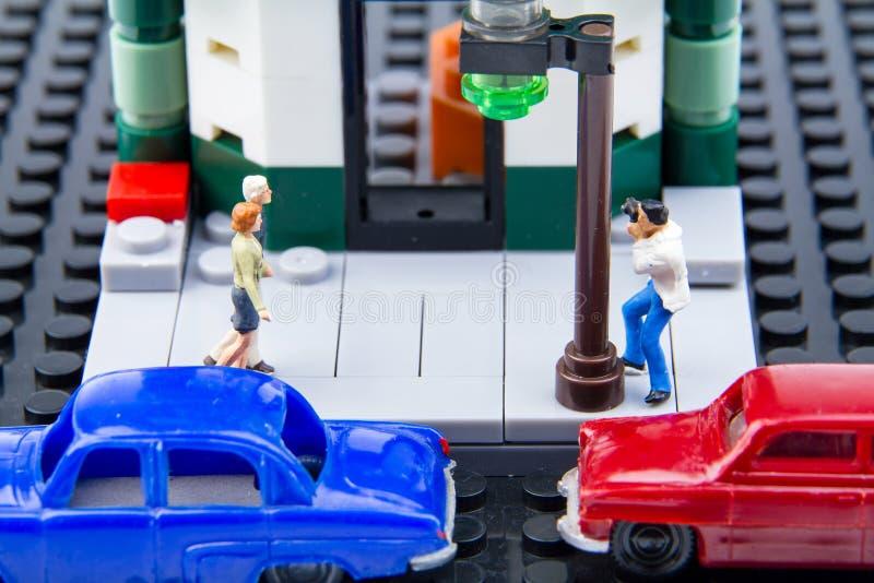Miniatuur uiterst kleine speelgoedpaparazzi werd genomen in het geheim het paar stock afbeeldingen