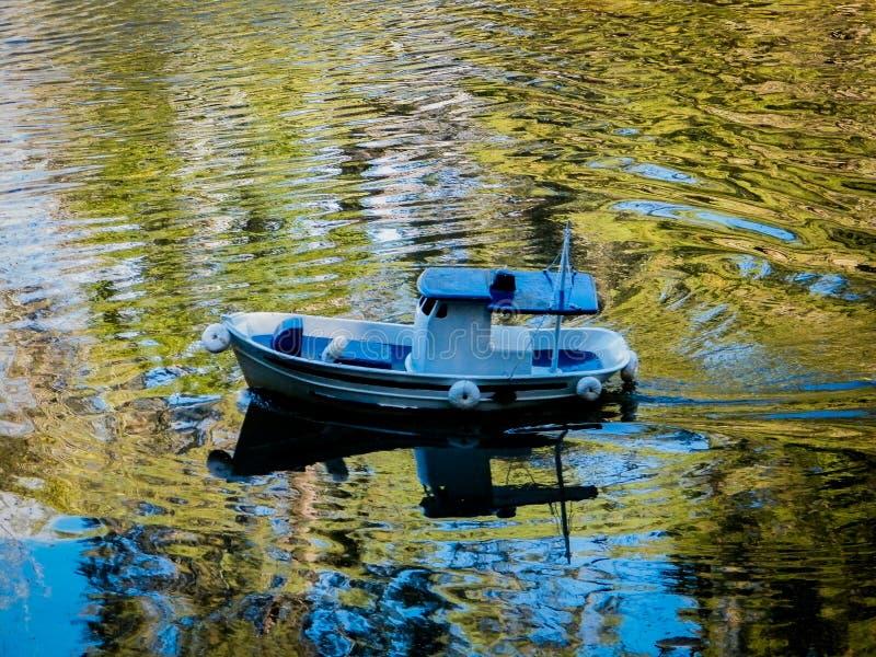 Miniatuur van een boot in een meer stock afbeeldingen