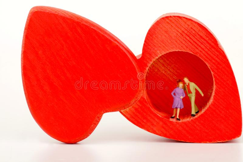 Miniatuur van een paar minnaars in een hart-vormige doos royalty-vrije stock afbeelding