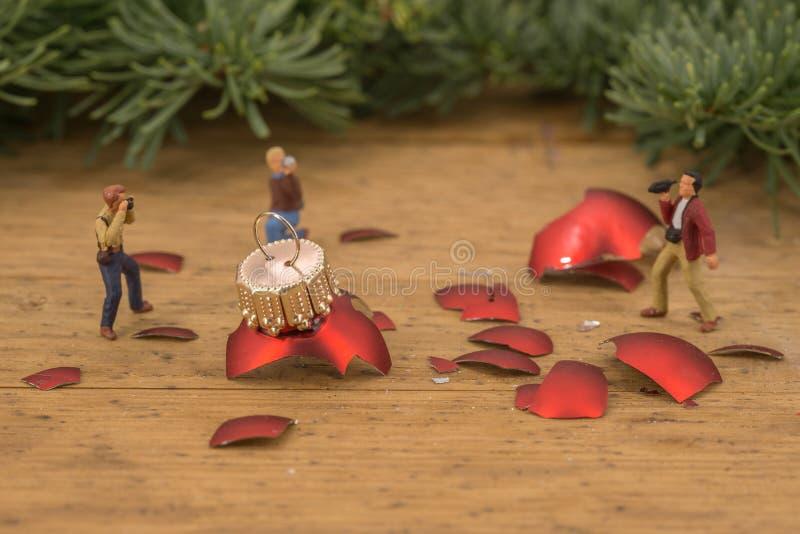 Miniatuur van fotografen en gebroken Kerstmisballen stock afbeelding