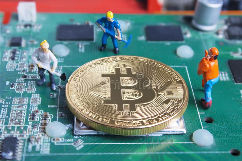 Miniatuur werkende mens die en Bitcoin op gedrukt graven ontginnen circ stock afbeeldingen