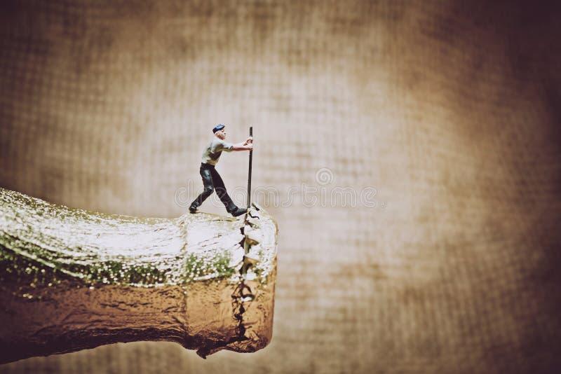 Miniatuurarbeider die een bierfles openen Kleurentoon gestemde foto royalty-vrije illustratie