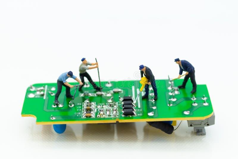 Miniatuurarbeider mainboard, duidelijke viruscomputer en reparatie, veiligheids en technologieconcept die herstellen royalty-vrije stock foto's