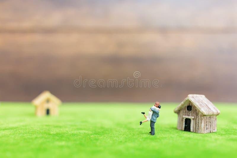 Miniatuurbamboehuis en paar royalty-vrije stock foto's