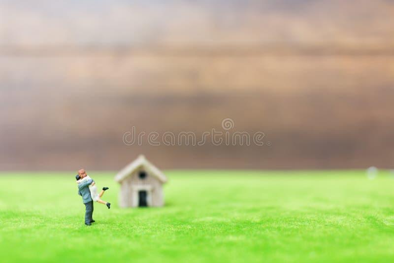 Miniatuurbamboehuis en paar royalty-vrije stock afbeeldingen
