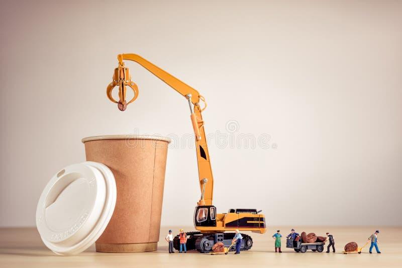 Miniatuurbaristas die koffie in een de koffiekop van Togo maken stock foto's