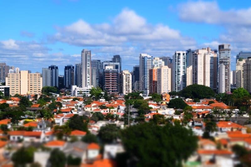 Miniatuurdakmening van de wolkenkrabbergebouwen van de binnenstad door schuine stand-verschuiving in Sao Paulo Brazil stock afbeeldingen
