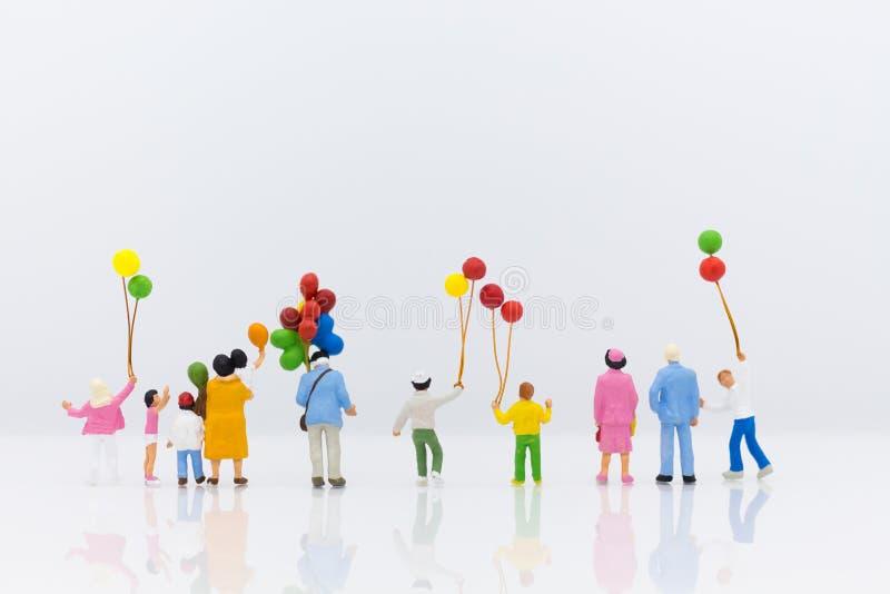 Miniatuurfamilie die als achtergrond gebruiken Internationale dag van familiesconcept stock foto's