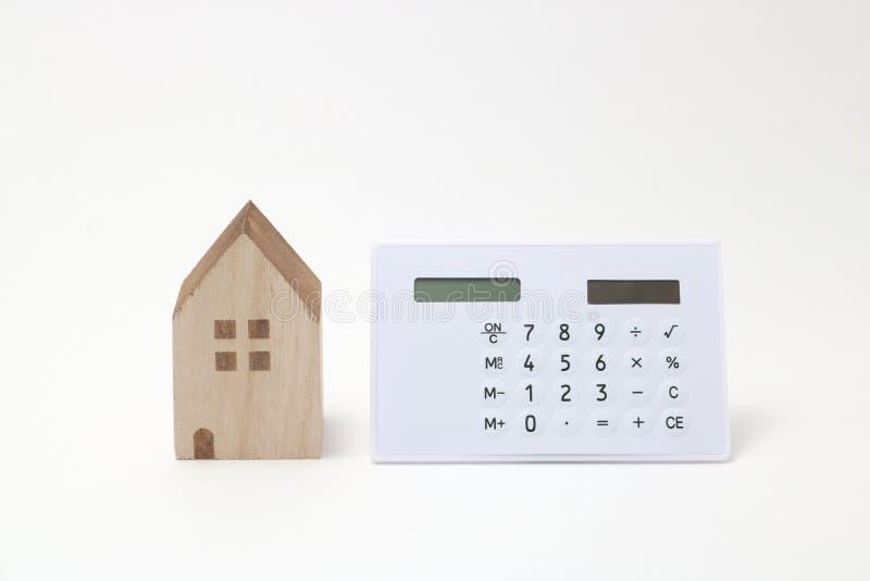 Miniatuurhuis en calculator stock afbeeldingen