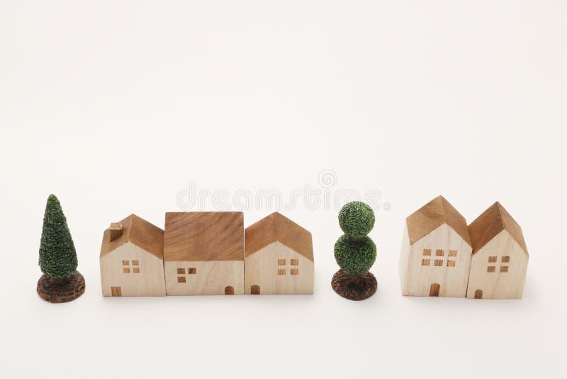 Miniatuurhuizen en bomen op witte achtergrond De bouw royalty-vrije stock afbeelding