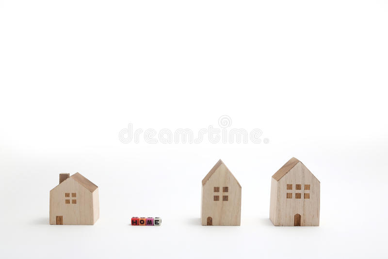 Miniatuurhuizen met alfabetblokken die huis spellen stock afbeeldingen
