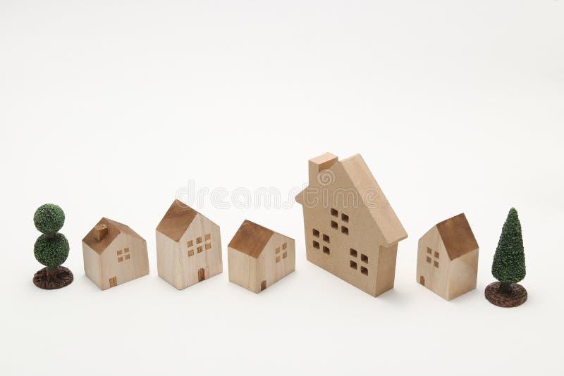 Miniatuurhuizen op witte achtergrond stock afbeeldingen