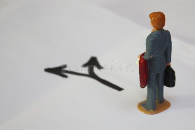 Miniatuurmens die, welke manier te gaan denken Besluit die - conceptuele foto maken stock afbeeldingen