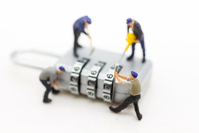 Miniatuurmensen, arbeider en veiligheidssleutel die als achtergrondveiligheidssysteem, houwer, bedrijfsconcept gebruiken royalty-vrije stock foto