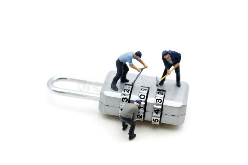 Miniatuurmensen: Arbeider het binnendringen in een beveiligd computersysteem in hangslotveiligheid Concept royalty-vrije stock afbeeldingen