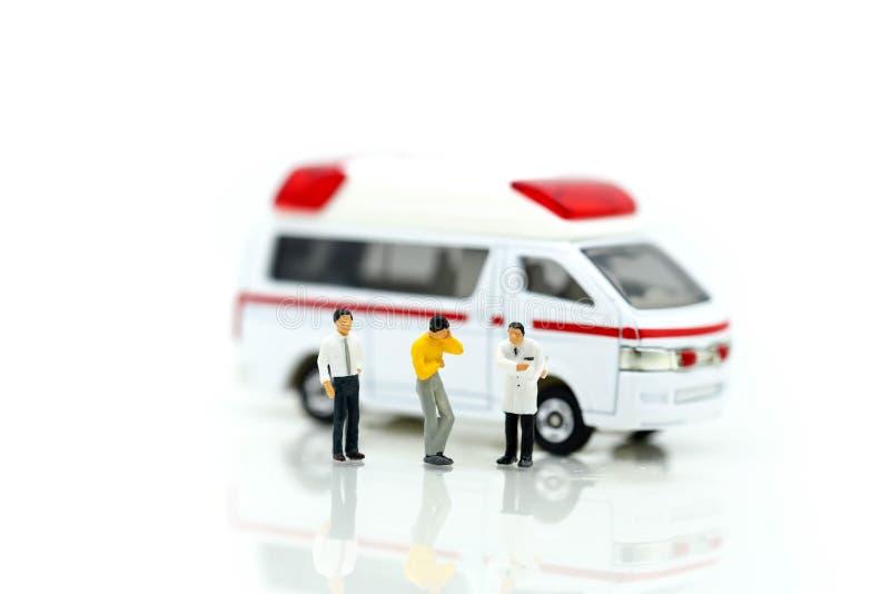 Miniatuurmensen: Arts en Paramedicus die bij patiënt binnen aanwezig zijn stock foto