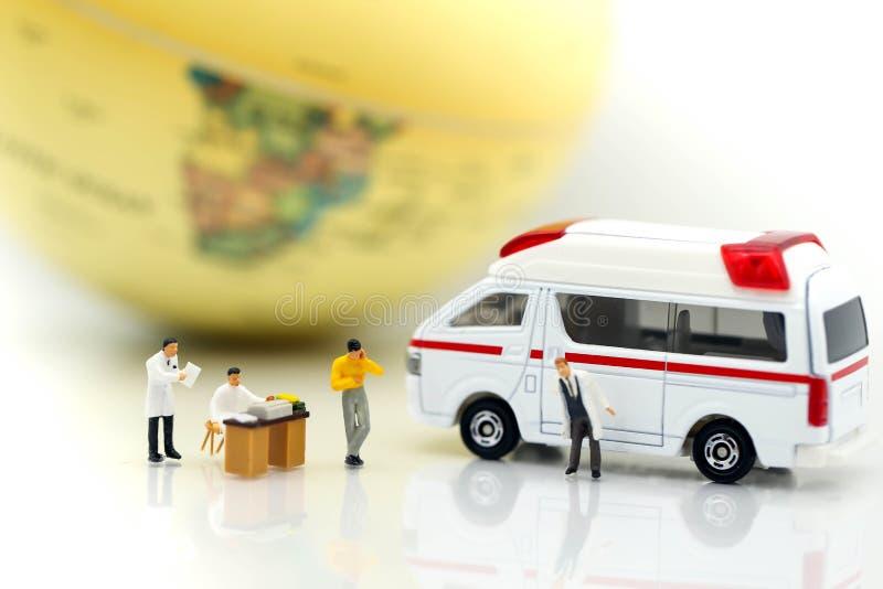 Miniatuurmensen: Arts en patiënt met ziekenwagen die voor c gebruiken stock fotografie