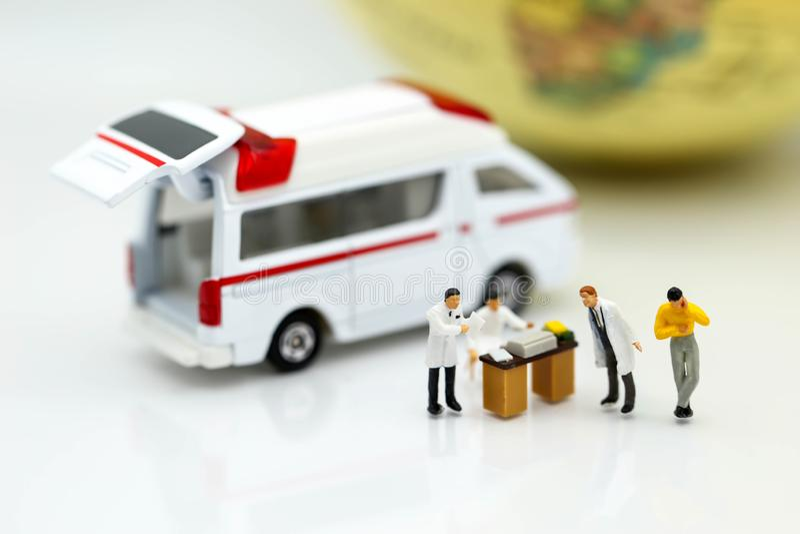 Miniatuurmensen: Arts en patiënt met ziekenwagen die voor c gebruiken stock foto's