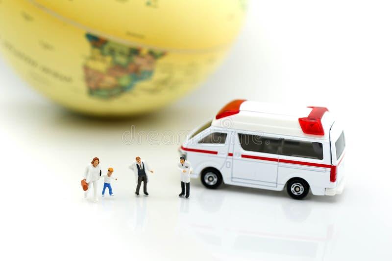 Miniatuurmensen: Arts en patiënt met ziekenwagen die voor c gebruiken stock afbeeldingen