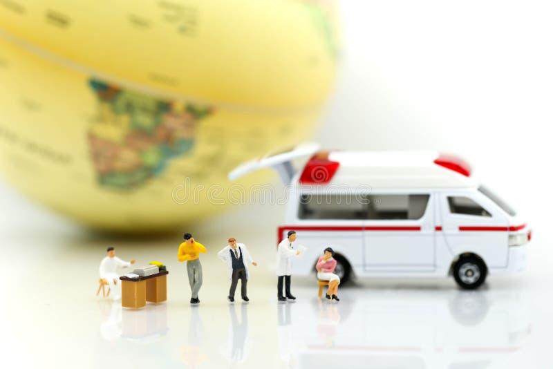 Miniatuurmensen: Arts en patiënt met ziekenwagen die voor c gebruiken stock afbeelding