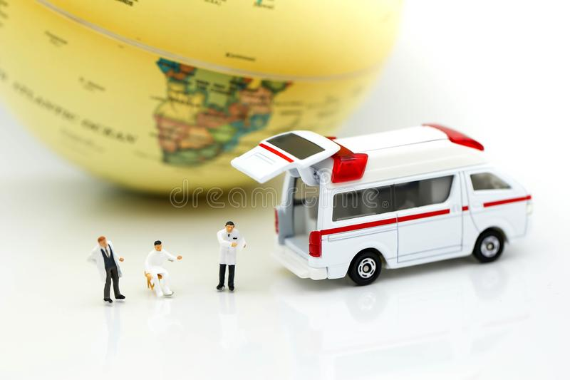 Miniatuurmensen: Arts en patiënt met ziekenwagen die voor c gebruiken royalty-vrije stock fotografie