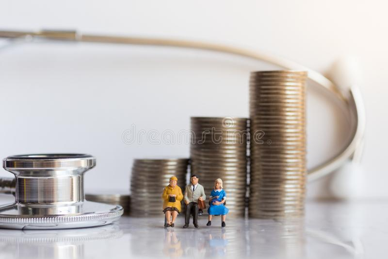 Miniatuurmensen: Bejaarden met jaarlijkse gezondheidscontrole Beeldgebruik voor gezond concept stock afbeeldingen