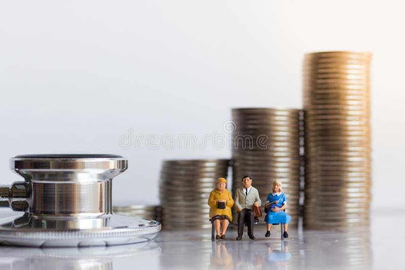 Miniatuurmensen: Bejaarden met jaarlijkse gezondheidscontrole Beeldgebruik voor gezond concept royalty-vrije stock afbeeldingen