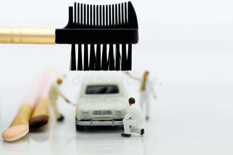 Miniatuurmensen: De arbeiders maken omhoog de auto Beeldgebruik voor het schoonmaken en onderhoud, bedrijfsautocar concept royalty-vrije stock fotografie