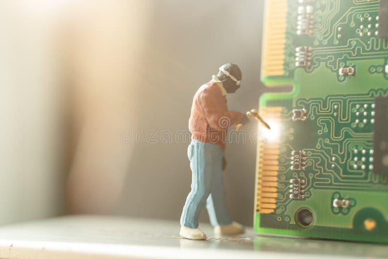 Miniatuurmensen: De hardware van de de reparatiecomputer van de computerhersteller stock afbeeldingen