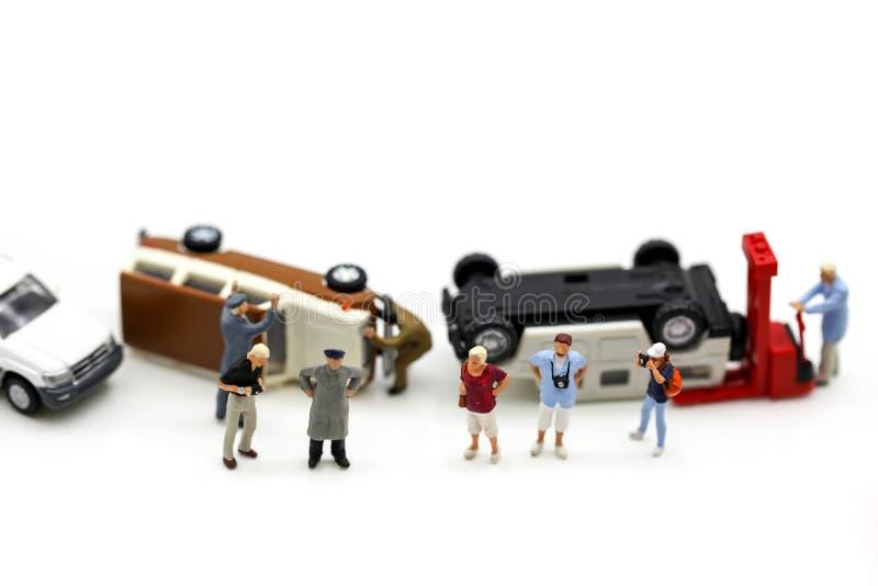 Miniatuurmensen: de mensen met speelgoedauto verpletteren beschadigd ongeval royalty-vrije stock foto