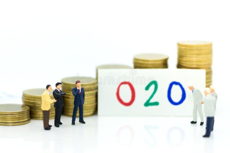 Miniatuurmensen: De zakenman denkt aan een nieuwe oplossing aan online aan Off-line O2O zaken, creeert idee van marketing royalty-vrije stock afbeeldingen