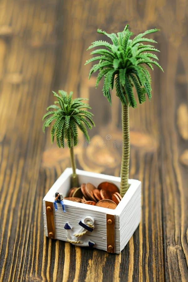 Miniatuurmensen: een mensenzitting met schatkoffer van goud royalty-vrije stock foto's