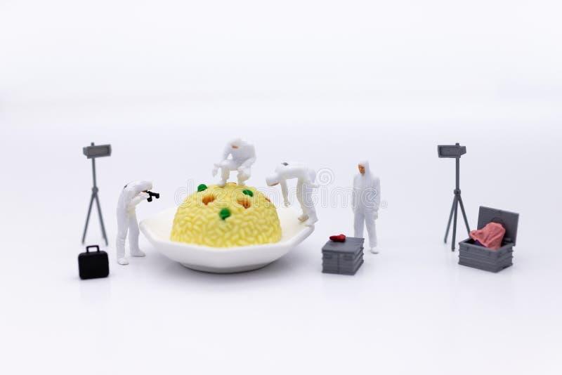 Miniatuurmensen en voedsel, controleert die de voedingswaarde, voedingsmiddelen in elke maaltijd worden ontvangen Beeldgebruik vo royalty-vrije stock afbeeldingen