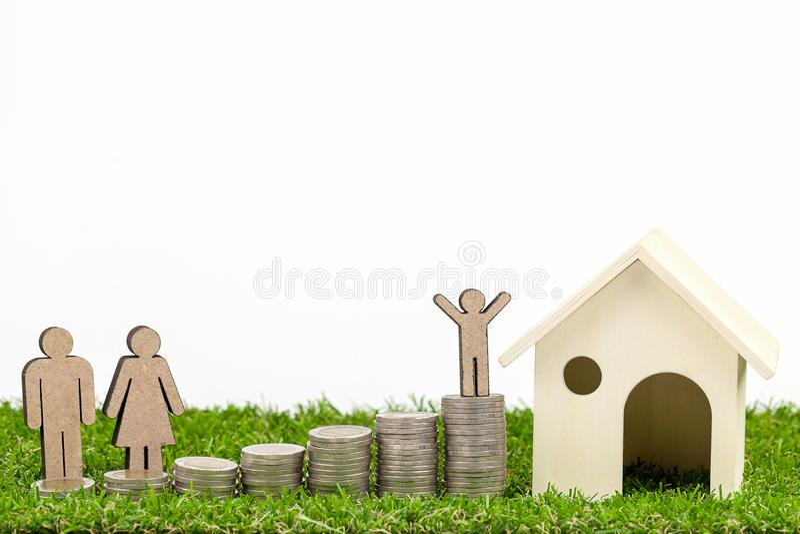 Miniatuurmensen Gelukkige Familie met Stapelmuntstukken royalty-vrije stock fotografie