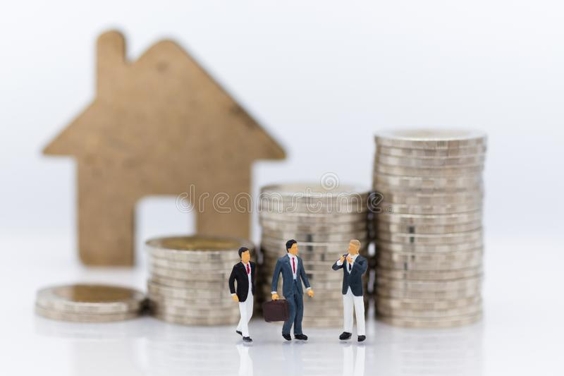 Miniatuurmensen: Groeps commerciële vergaderingsgegarandeerde lening, derde, waarborg Beeldgebruik voor bedrijfsconcept royalty-vrije stock foto