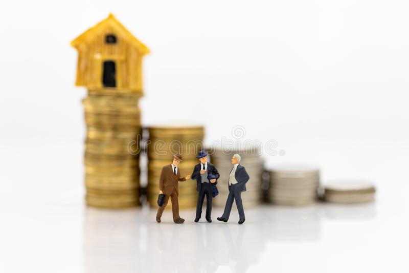 Miniatuurmensen: Groeps commerci?le vergaderingsgegarandeerde lening, derde, waarborg Beeldgebruik voor bedrijfsconcept royalty-vrije stock foto