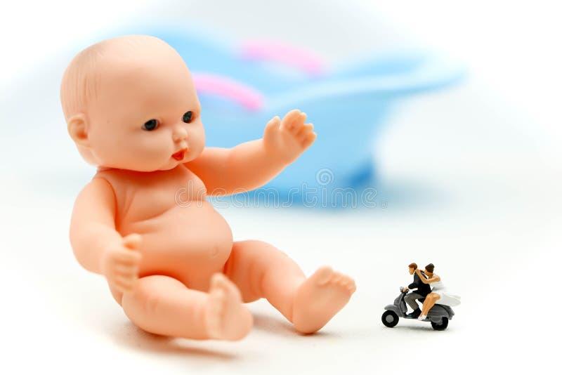 Miniatuurmensen: het paar in liefde wacht want het kind spoedig ouders wil worden Moederschap, vaderschap en zwangerschapsconcept royalty-vrije stock foto's