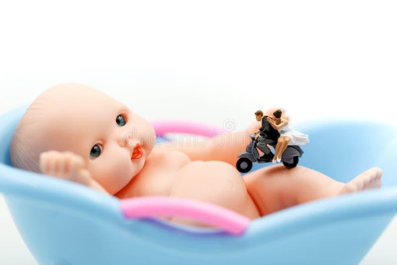 Miniatuurmensen: het paar in liefde wacht want het kind spoedig ouders wil worden Moederschap, vaderschap en zwangerschapsconcept royalty-vrije stock afbeelding