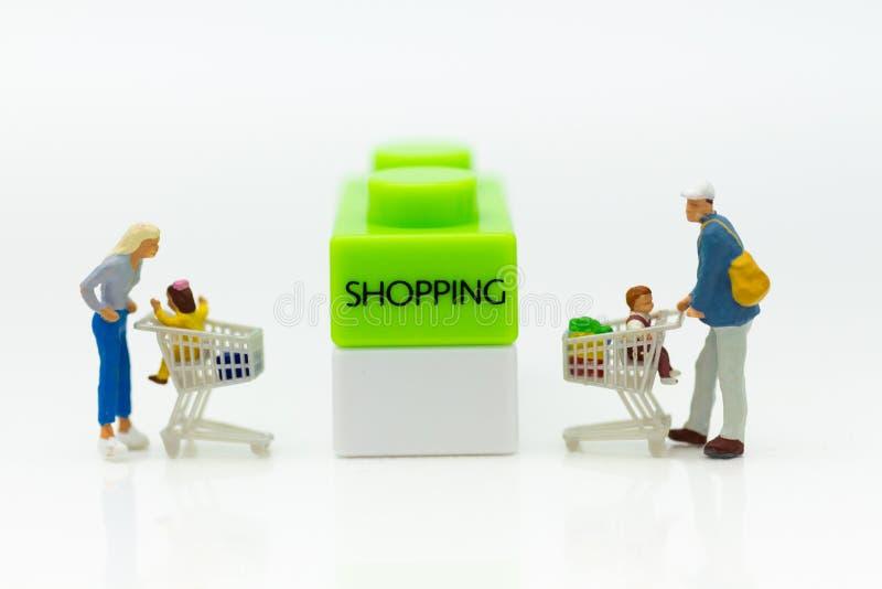 Miniatuurmensen: Klant in winkelcomplex, beeldgebruik voor achtergrondzaken, marketing concept royalty-vrije stock foto