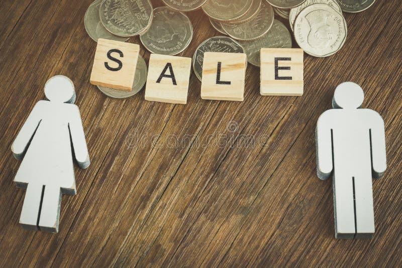 Miniatuurmensen: Kleine paarcijfers in liefde Geld, die planning, financieel, verzekering, de bedrijfsgroei en familieconcept bew stock fotografie
