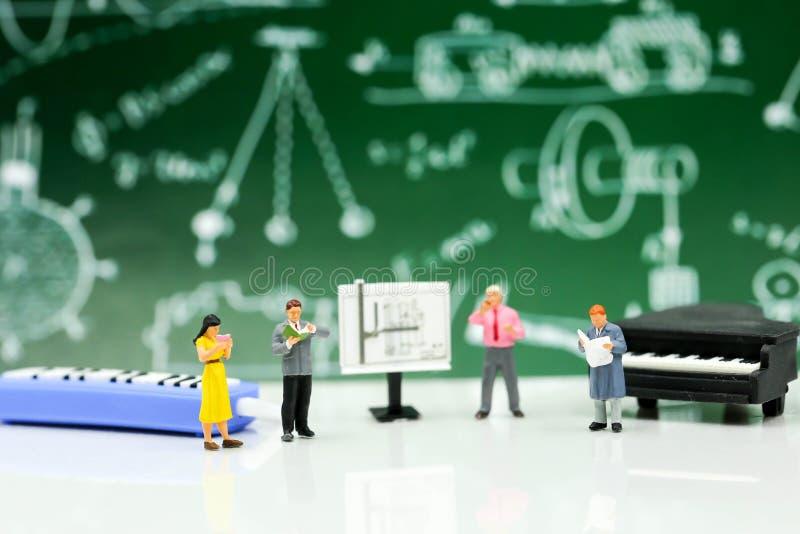 Miniatuurmensen: Leraar en student met pianoklasse van muziek stock afbeeldingen