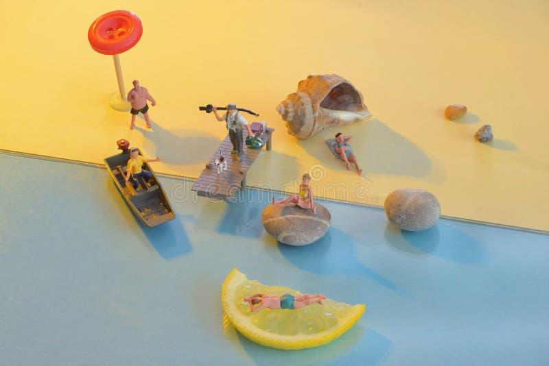 Miniatuurmensen op het strand stock fotografie