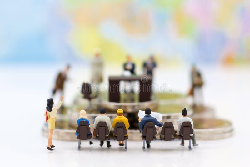 Miniatuurmensen: Recruiter gesprekskandidaten Beeldgebruik voor achtergrondkeus van de meest geschikte werknemer, royalty-vrije stock foto's
