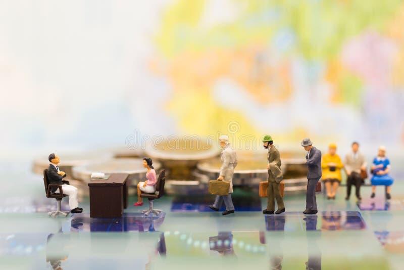 Miniatuurmensen: Recruiter gesprekskandidaten Beeldgebruik voor achtergrondkeus van de meest geschikte werknemer royalty-vrije stock afbeeldingen