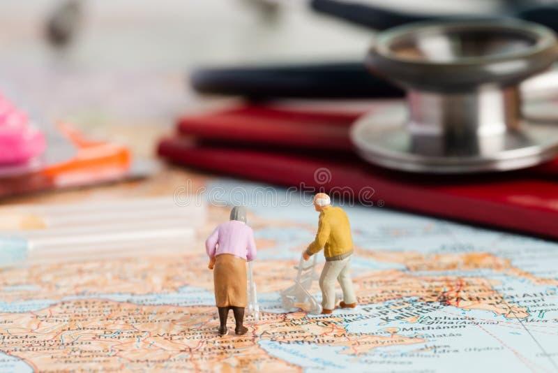 Miniatuurmensen van pensionering stock afbeeldingen