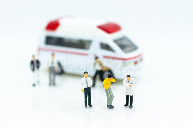 Miniatuurmensen: Verwonde die persoonlijk van verkeersongevallen, ziekenwagen aan het ziekenhuis voor behandeling wordt vervoerd royalty-vrije stock foto's