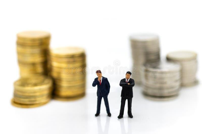 Miniatuurmensen: Zakenman die de winsten van het doen van zaken, die als bedrijfsconcept gebruiken kijken royalty-vrije stock afbeelding