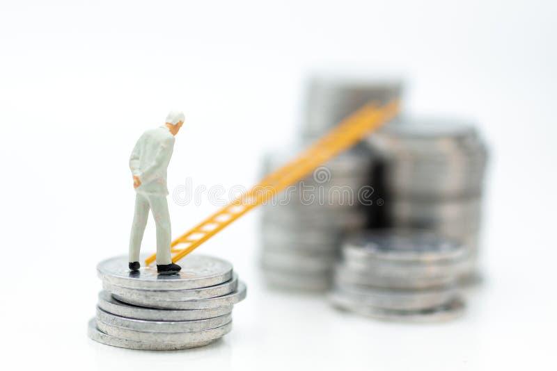 Miniatuurmensen: Zakenman die en zich op stapel muntstukken met trede denken bevinden Beeldgebruik voor de geldgroei omhoog, bedr royalty-vrije stock afbeelding